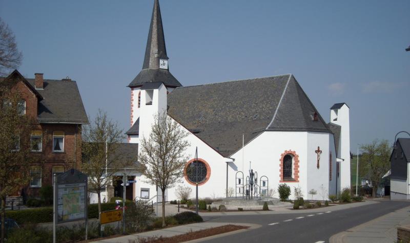 Lambertuskirche in Halsenbach vom Marktplatz aus